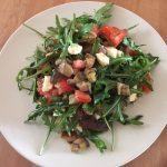 Rucola-Auberginen-Salat mit Tomate und Mozzarella